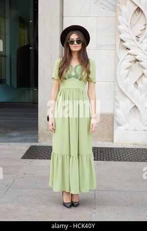 Frau mit grünem Kleid und schwarzen Hut vor Genny Modenschau, Milan Fashion Week Streetstyle am 22. September 2016 - Stockfoto