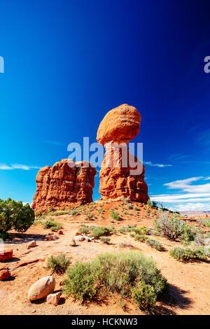Balanced Rock - ein Findling schätzungsweise 3500 Tonnen Gewicht - sitzt thront auf einem prekären Sockel - Arches - Stockfoto