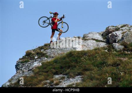 Radfahrer mit seinem Mountainbike auf dem Weg zum Gipfel des Schiefersteines, Reichraming, OÖ, Österreich, Europa - Stockfoto