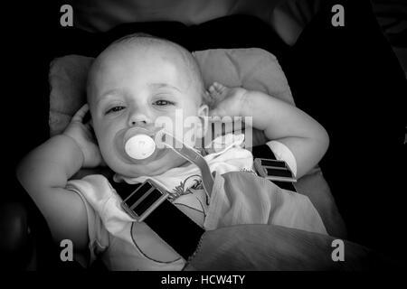 Bildnis eines Knaben glückliche und liebenswert Baby 12 Monate alt in seinem Kinderwagen - Stockfoto
