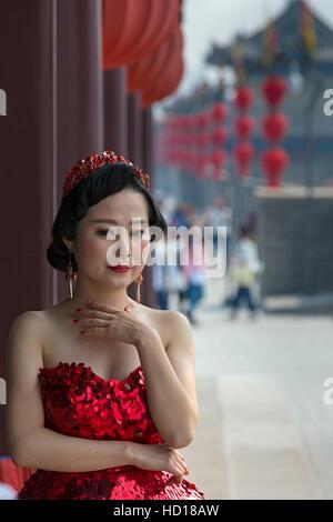Chinesische Braut posiert auf Xian Stadt Wände, Shaanxi, China - Stockfoto