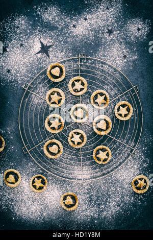 Gebackene hausgemachte mini Torten in der Form eines Weihnachtsbaumes mit Herzen und Sterne mince - Stockfoto