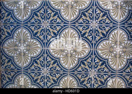 fragment des traditionellen portugiesischen fliesen azulejo mit muster in alten porto portugal. Black Bedroom Furniture Sets. Home Design Ideas