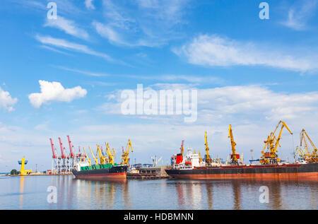 Anhebende Ladung Kräne, Schiff und Getreide Trockner im Meer Hafen von Odessa, Schwarzes Meer, Ukraine