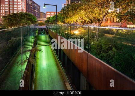 Die High Line-Promenade beleuchtet in der Dämmerung im West Village. Die Antenne Greenway ist auch bekannt als Highline - Stockfoto