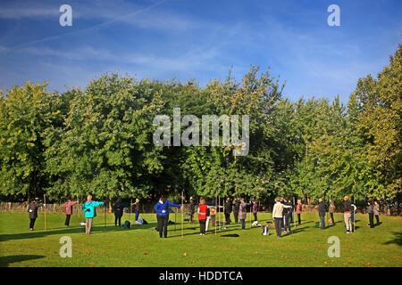 Am frühen Morgen Übung im Parc de la Villette im 19. Arrondissement von Paris, Frankreich. - Stockfoto