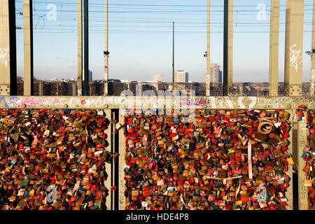 Die Brücke über den Rhein in Köln, wo der Zug vorbei, ist voll mit Schlössern - Stockfoto