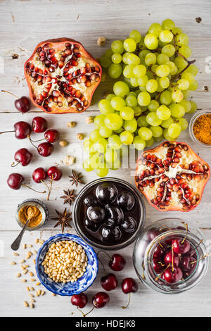 Verschiedenen Früchten und Gewürzen auf den weißen Holztisch. Konzept der orientalischen Früchten Draufsicht - Stockfoto