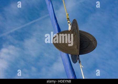 Anchor Ball in Yachten Takelage mit gerollt blau Fock vor einem blauen Himmel mit weißen Wolken - Stockfoto