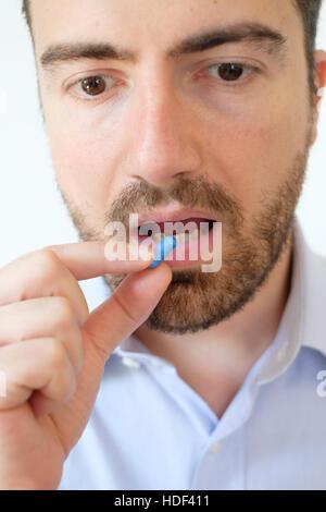 Porträt des jungen Erwachsenen eine Pille - Stockfoto