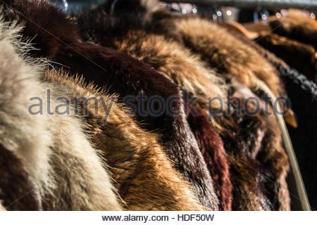 Pelzmäntel für Damen aus zweiter Hand zum Verkauf auf einem Flohmarkt in London, England, UK - Stockfoto