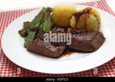 Gebratenes Lammrücken mit Semmelknödel und grünen Bohnen - Stockfoto