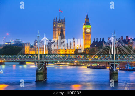 London in der Dämmerung. County Hall, Westminster Bridge, Big Ben und die Houses of Parliament. - Stockfoto