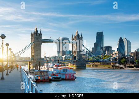 Financial District of London und die Tower Bridge - Stockfoto