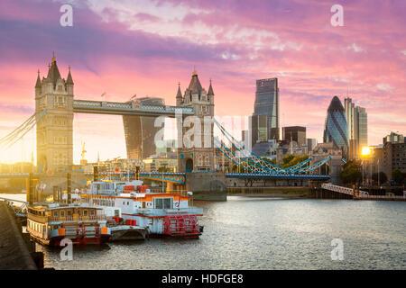 Financial District of London und die Tower Bridge bei Sonnenuntergang