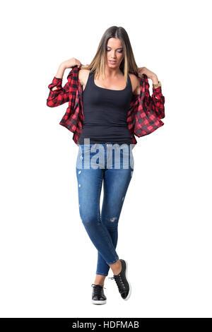 Schöne junge casual Mädchen ausziehen Rot kariertes Hemd trug schwarz Tank-Top. Ganzkörper-Länge-Porträt über weißen - Stockfoto