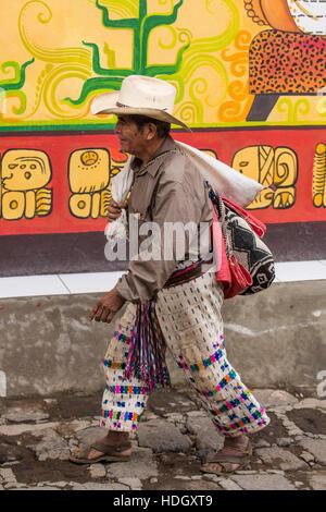 Maya-Mann mit traditioneller Kleidung - Stockfoto