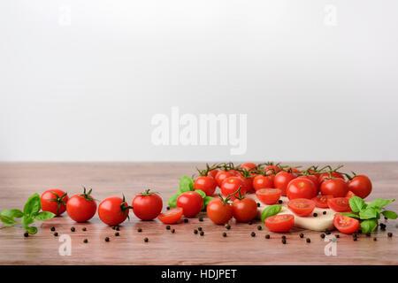 Mini-Tomaotes auf dem Holztisch mit hellem Hintergrund. - Stockfoto