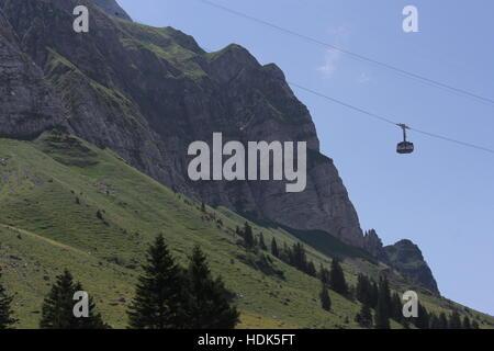 Eine Seilbahn führt Touristen aus NaturErlebnispark (Natur Erlebnis Park) an die Spitze der Schweizer Säntis in - Stockfoto