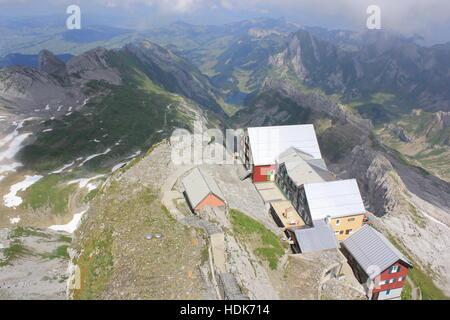 Auf ein Gehöft, wie vom Gipfel des Säntis in den Schweizer Alpen gesehen. - Stockfoto
