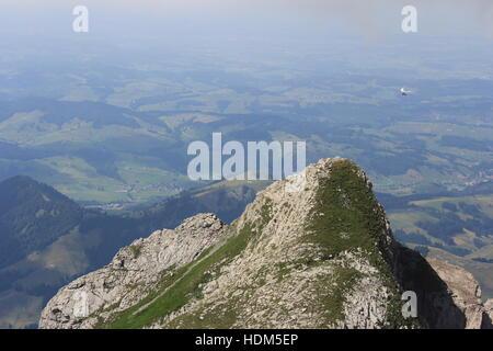 Ein hängegleiter wird über eine Peak in der Nähe von der Schweiz Säntis in den Schweizer Alpen. - Stockfoto