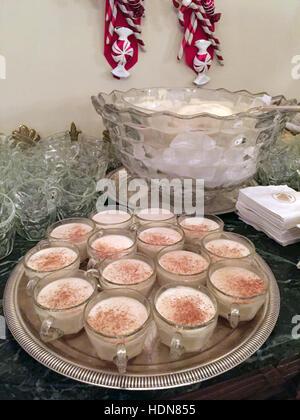 Washington DC, USA. 7. Dezember 2016. Gläser gefüllt mit Eierlikör auf einem Tisch im Weißen Haus in Washington - Stockfoto