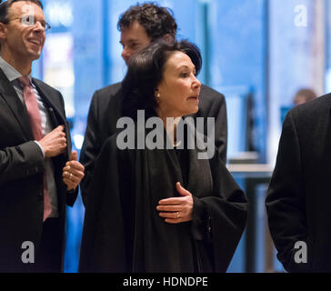 New York, USA. 14. Dezember 2016. Oracle-Chef Safra Catz ist in der Lobby des Trump Tower in New York, NY, USA am - Stockfoto