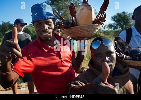Handwerk-Anbieter an der Grenze zwischen Botswana und Sambia. Von Victoria Falls ist möglich, die nahe gelegenen - Stockfoto