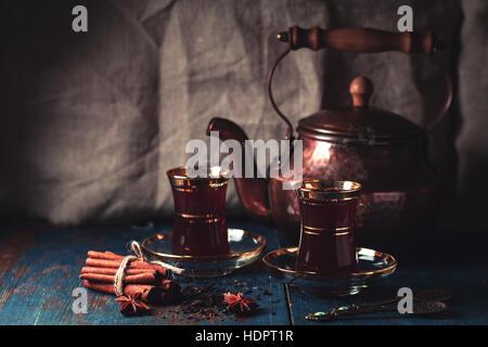 Tee im orientalischen Stil auf hölzernen Hintergrund - Stockfoto