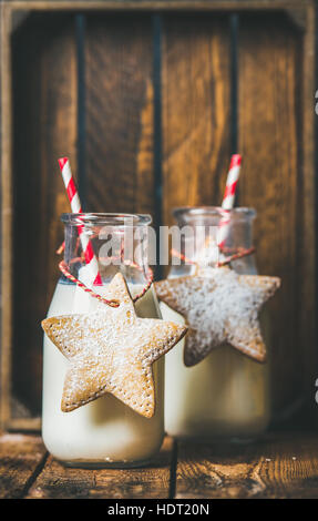 Flaschen mit Milch für Weihnachtsmann und Weihnachten festlich Lebkuchen - Stockfoto