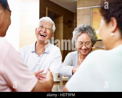 Senior asiatischen Menschen zusammenkommen und eine gute Zeit - Stockfoto