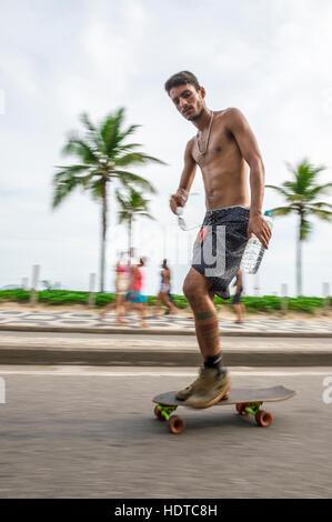 RIO DE JANEIRO - 6. März 2016: Junge Carioca Brasilianer auf Skateboard bewegt sich in eine Bewegungsunschärfe entlang - Stockfoto