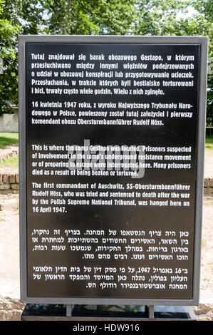 Die Besucher-Info-Tafel vor dem Galgen, wo Häftlinge wurden aufgehängt, und auch den Lagerkommandanten des KZ Auschwitz, - Stockfoto