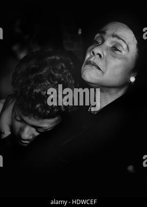 Coretta Scott King, Witwe des ermordeten Bürgerrechtlers Dr. Martin Luther King, Jr., tröstet ihre Tochter, als sie die Beerdigung von Dr. Martin Luther 'Daddy' König, Sr. bei Königs Ebenezer Baptist Church in Atlanta, Georgia.