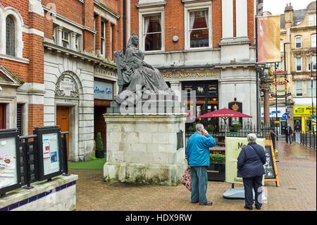 Statue der Königin Victoria vor Spreadeagle Pub in Croydon - Stockfoto