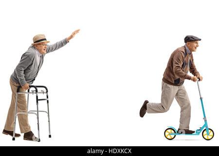 Voller Länge Profil Schuss eines Senioren mit einer Gehhilfe versuchen Schritt zu halten mit einem Senior mit einem - Stockfoto