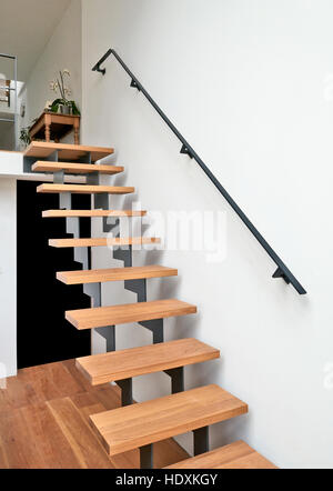 ... Hartholz Treppe Und Rampe In Modern Renovierten Wohnzimmer   Stockfoto