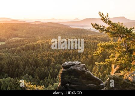 Barbarine bei Sonnenaufgang, Pfaffenstein, Elbsandsteingebirge, Sachsen, Deutschland - Stockfoto