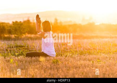 Frau, die Yoga-Übungen - Stockfoto
