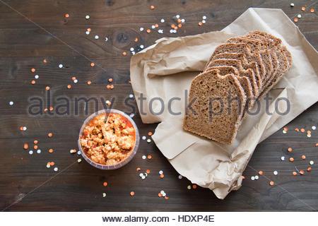 Bio Lebensmittel Brown Bag Brot geschnitten Brot Brot auf dem Tisch Brot und Käse Brot Brot close up Scheiben Vollkornbrot - Stockfoto