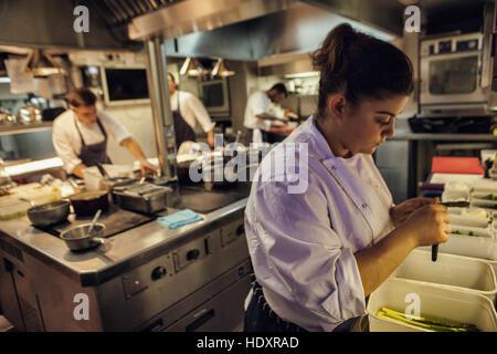Alexia Dellaca-Minot, Chef de Partie, bereitet Gemüse Mittagessen Service im Restaurant. Die Küche von Gauthier - Stockfoto