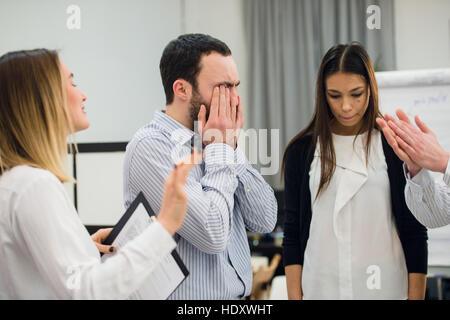 traurig und deprimiert Geschäftsmann während der Sitzung - Stockfoto