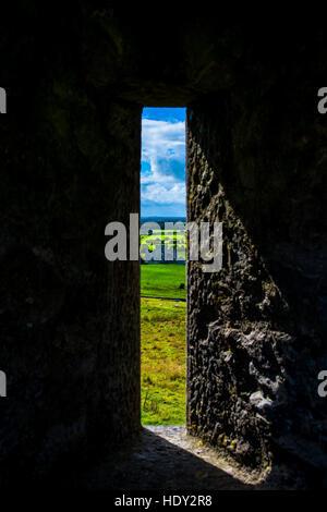 Fenster am Rock of Cashel mit Blick auf Burg und Landschaft in Irland - Stockfoto