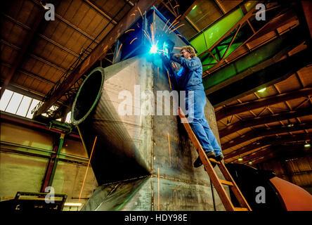 Schweißgerät arbeitet an einer Ofeneinheit in einer deutschen Maschinenfabrik. - Stockfoto