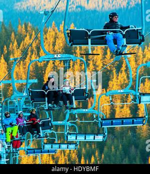 Skifahrer und Snowboarder auf ein Skilift in Bukovel. Bukovel ist das beliebteste Skigebiet in der Ukraine.