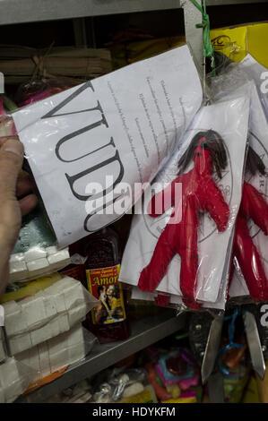 Rote Voodoo-Puppe in einem Esoterik Shop in eine Plastikhülle - Stockfoto