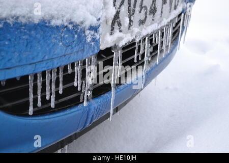 Eiszapfen an Auto Kühlergrill in Princes Risborough, Bucks, Großbritannien - Stockfoto
