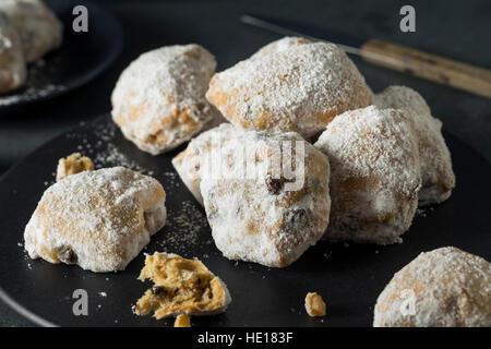 Homemade Christmas Stollen Cake Bites mit Puderzucker - Stockfoto