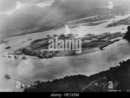 Foto von einem japanischen Flugzeug während der Torpedo-Angriff auf Schiffe vor Anker auf beiden Seiten von Ford - Stockfoto