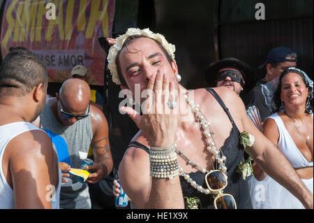 RIO DE JANEIRO - 7. Februar 2015: Ein Carnivalgoer in extravaganten Kostümen bläst einen Kuss an Karneval Banda - Stockfoto
